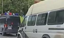 广西多部门联合执法,强行拆除违建散装水泥罐