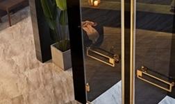一块玻璃引发的危机?德立淋浴房实现您的安全淋浴