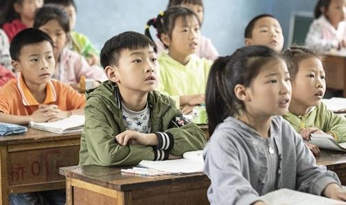 我樂家居橙色課桌公益路的第12年:書寫數萬兒童的大夢想