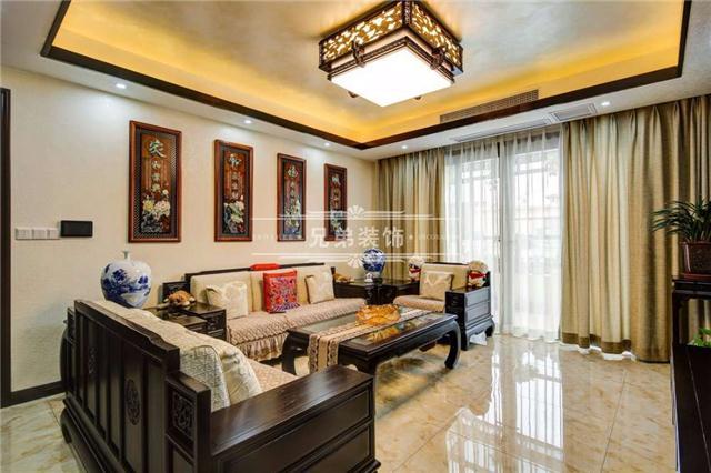 客厅采用新中式风格,电视机背景墙两侧做实木材质搁板,隔板上镂空的雕