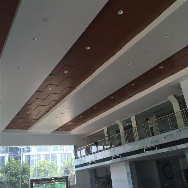 广汽本田晋江店展厅吊顶装饰勾搭木纹铝单板_白色勾搭式铝单板