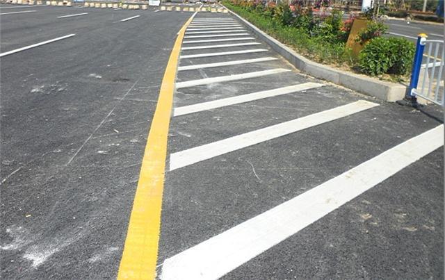 湛江道路划线厂家,小区画停车位价格,恩平村道公路划分界线图片