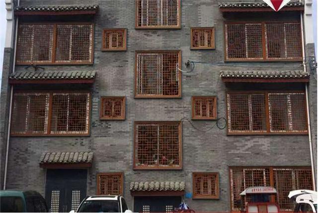 镇江街道改造仿木纹铝窗花_防盗铝花格窗