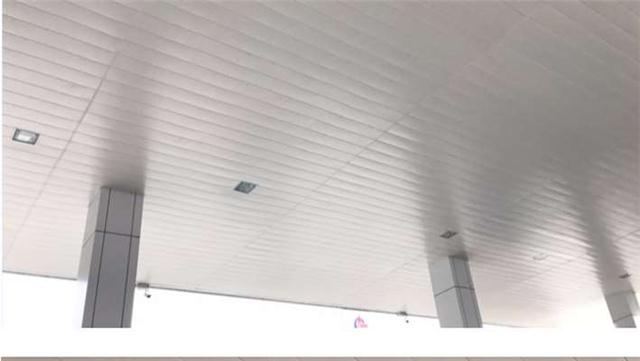 专业定制生产加油站罩棚金属吊顶高边防风铝条扣厂家