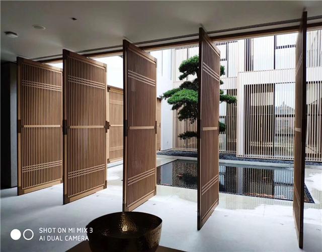 铝合金型材木纹窗花-餐馆铝花格-铝隔断