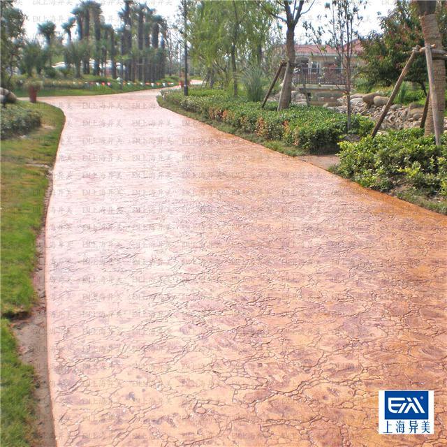 仿石路面 用石材图案模板在湿水泥表面做的铺装工艺