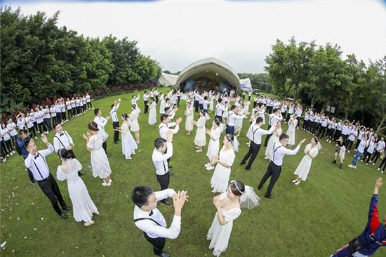 """山海""""建""""证,不负芳""""华"""" 30对新人海口举行集体婚礼"""