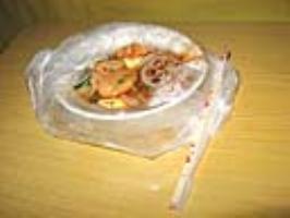 塑料袋装衣服有毒吗 塑料袋可以用来装热的食物吗?会不会有毒?