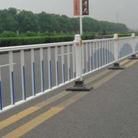 大量销售市政道路护栏,公路隔离护栏价格优惠,质量可靠!