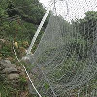 山体护坡菱形网可有效的阻挡岩石的掉落影响居民生活