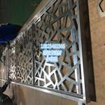 新疆餐厅仿古木纹屏风隔断铝花格,装出窗花经典艺术之美