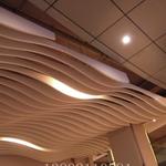 木纹弧形铝方通吊顶_咖啡厅弧形铝方通吊顶