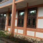 定制售楼部木纹铝花格和门面装修铝花格
