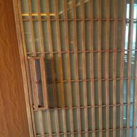 厂家定制铝窗花木纹住宅区楼盘工程专项使用材料铝窗花规格供应