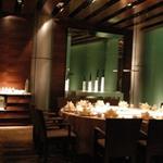 西餐厅吊顶弧形铝方通-木纹铝方通吊顶气氛